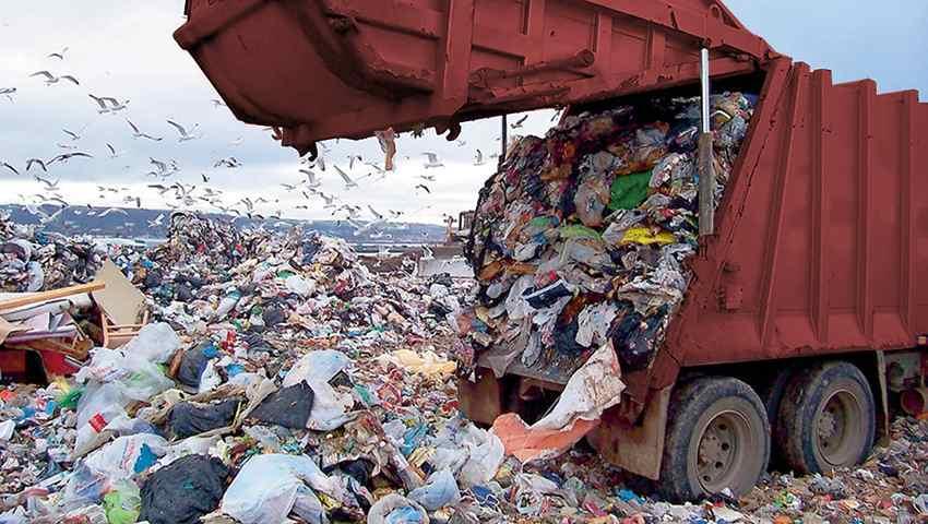 Discarica scarico rifiuti da container